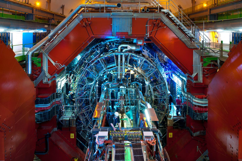 o experimento ALICE, montado em uma caverna a cerca de 50 metros de profundidade em Genebra, na Suíça